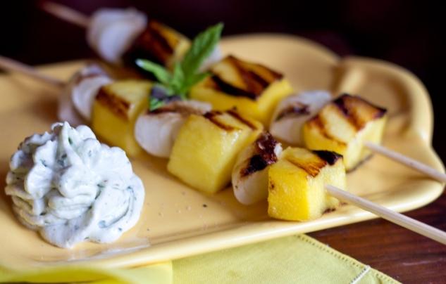 Spiedini esotici di mango e cipolline borettane con caprino alle Erbette